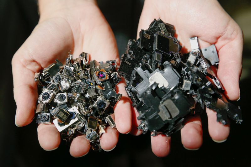 Apple's Daisy Robot Recycle Components, Rare Earths of Dismantled iPhones